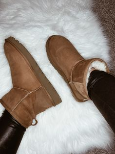 Your fave mini classic UGG boots got an upgrade! Now pretreated for stain and water resistence, you can wear them to the beach, in the snow, wherever you go. Ugg Style Boots, Classic Ugg Boots, Ugg Classic, Ugg Boots Outfit, Classic Mini, Cheap Boots, Cool Boots, Shearling Boots, Fur Boots