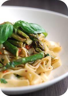 Fräulein Moonstruck kocht!: Pasta mit grünem Spargel und getrockneten Tomaten