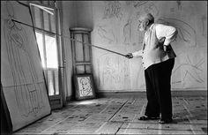Robert Capa, Henri Matisse drawing sketches for the murals of the Chapelle des Dominicains, France, 1950 Henri Matisse, Magnum Photos, Famous Artists, Great Artists, Matisse Drawing, Matisse Paintings, Matisse Art, Chapelle, Klimt