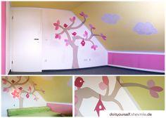Ideengalerie: Kinderzimmeranstrich in gelb und rosa. Zusätzliche bemalt mit einem Baum, Vögel, Vogelhäuschen und Wolken. Mit großer grüner Hüpf- und Kuschelwiese direkt unterm Baum aus zwei alten Matratzen. Die IKEA-Blumenlampe passte einfach perfekt dazu :) - Do it Yourself by shesmile.de