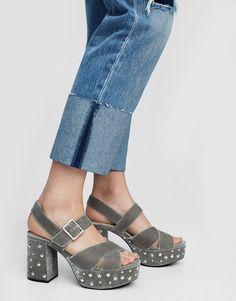 En PULL&BEAR tenemos los zapatos de mujer de REBAJAS + casual. Elige sandalias, cuñas, bailarinas, zapatos de salón, mocasines o zapatillas. ¡Flechazo!