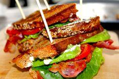Dette er hva man kan kalle en digg lunsj når man har lyst på noe litt ekstra! BLT består av få ingredienser og er lettlagd og godt. Den klassiske amerikanske BLT-sandwichen består av ristet brød to…