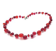 SALE red glass necklace shades of red frosted van deBATjes op Etsy