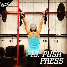 O Push Press também trabalha vários grupos musculares de uma só vez e é indicado para a construção de força. Com a barra nos ombros, ajeite a pegada para um pouco fora dos ombros e os pés na largura deles. Agache levemente para a explosão dos quadris e eleve os braços tirando o rosto da frente da barra. O movimento termina quando as pernas estiverem estendidas.