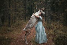 Abrazo animal  Foto: Katerina Plotnikova  http://www.imaginario.es/una-fotografa-rusa-realiza-portarretratos-de-personas-con-animales-salvajes-sin-photoshop-impresionante/#