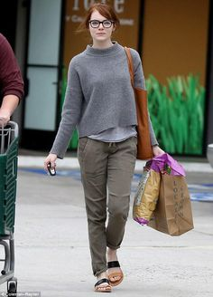 Casual style - Emma Stone Is Obsessed With These Comfortable Sandals via Estilo Emma Stone, Olive Pants, Outfits Mujer, Look Girl, Sandals Outfit, Comfortable Sandals, Looks Cool, Star Fashion, Camouflage