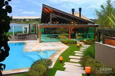 Conheça uma casa incrível, enorme e com decoração rústica e…