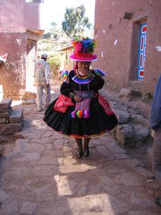 Mujer con traje típico taquile un día de fiesta, Isla de Taquile, Lago Titicaca, Perú | by sofiage
