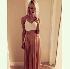 Una falda larga y alta combinada con un crop top siempre se verá espectacular.