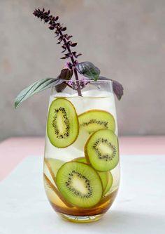 Infused water med kiwi og basilikum. Her finder du opskriften på Infused water med kiwi og… Let, Infused Water, Kiwi, Smoothies, Fruit, Food, Basil, Smoothie, Meal