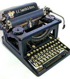 Check out these old typewriters, Poet! Vintage Design, Vintage Love, Retro Vintage, Plywood Furniture, Design Furniture, Kelly Wearstler, Typewriter Machine, Objets Antiques, Antique Typewriter