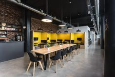 Open office Organization - Office Tour Chamber of Commerce Liège Offices Liège. Industrial Office Design, Modern Office Design, Office Interior Design, Home Office Decor, Office Interiors, Office Designs, Hotel Interiors, Yellow Office, Luxury Dining Tables