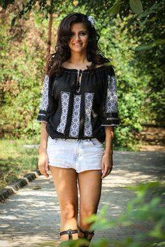 Ie românească cu mânecă scurtă, brodată manual pe panză topită neagră( pânză subțire din bumbac 100%) cu fir special alb si guler croșetat manual din bumbac. #blackandwhite #traditional #romanianblouse #fashion Off Shoulder Blouse, Ruffle Blouse, Costumes, Chic, Romania, My Style, Folk Art, Tops, Women