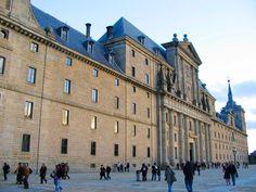 El Escorial (Madrid, Espanha) Localizado em San Lorenzo de El Escorial, na comunidade autónoma de Madrid, este mosteiro-palácio foi mandado construir pelo rei Filipe II de Espanha, em 1563, para celebrar a vitória sobre os franceses na batalha de San Quintin, em 1557.