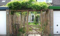 Bouwwerkje van kastanje palen en schapenhek als voorbeeld van terras overkapping achter in de tuin