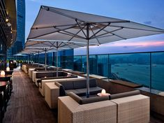 Sit back, relax and enjoy some of the finest views in the world from any of the best rooftop bars in Hong Kong. Outdoor Restaurant Design, Restaurant Plan, Luxury Restaurant, Rooftop Restaurant, Rooftop Design, Rooftop Lounge, Rooftop Patio, Outdoor Lounge, Cocktails Bar