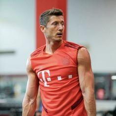Fc Bayern Munich, Robert Lewandowski, Attractive Guys, Uefa Champions League, Cristiano Ronaldo, Football Players, Gym Workouts, Zoro, Bearded Men