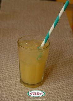 Exotic mix of tropical coconut and pineapple drink. Exótica bebida refrescante, mezcla de coco y piña.