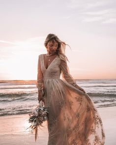 6 gold wedding gowns that will make you shine! 6 gold wedding gowns that will make you shine! The post 6 gold wedding gowns that will make you shine! & Wedding dresses appeared first on Gold wedding gowns . Gold Wedding Gowns, Bohemian Wedding Dresses, Bridal Gowns, Boho Chic, Marriage Dress, Bridal Style, Dress Making, Dresses With Sleeves, Dresses Dresses