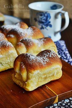 Szilvalekváros bukta Hungarian Recipes, Hamburger, French Toast, Deserts, Bread, Breakfast, Roots, Drink, Morning Coffee
