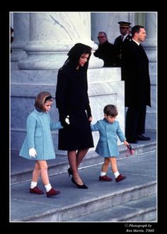 Jackie, Caroline, and John Kennedy Jr. leave the Capital on November after JFK was brought there to lie in state. Jfk And Jackie Kennedy, Les Kennedy, Jaqueline Kennedy, Jfk Funeral, Familia Kennedy, Kennedy Assassination, Jfk Jr, Norma Jeane, Marie
