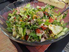 Připravíme  velkou mísu na saláty a postupně přidáváme nakrájený ledový salát, papriky, rajčata, ředkvičky a cibuli. Dále na jemno nakrájenou... Cobb Salad, Potato Salad, Tacos, Potatoes, Ethnic Recipes, Food, Eten, Potato, Meals