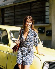 4. Livre e leve, o vestido de tecido fininho e flores é versátil.