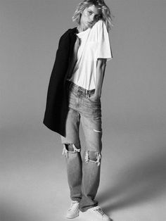 Anja Rubik poses in Paris for Zara's new editorial called, markBack to Minimal. Featuring fall-winter 2019 styles, basic pieces stand out in studio and… Anja Rubik, Mode Lookbook, Fashion Lookbook, Denim Editorial, Editorial Fashion, Fashion Poses, Fashion Week, Fashion Dresses, Zara Models