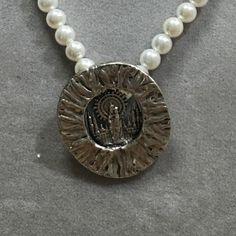 Collar de perlas con Medalla de Plata con la imagen de la Virgen del Pilar. Pearl Necklace, Pearls, Jewelry, String Of Pearls, Jewlery, Beaded Necklace, Bijoux, Beads, Schmuck