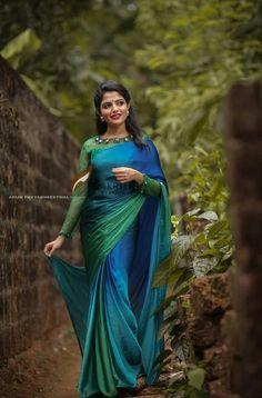 Nayanthara's simple and elegant saree look.love that blouse design she favours so much. Kerala Saree Blouse Designs, Saree Blouse Patterns, Indian Beauty Saree, Indian Sarees, Saris, Onam Saree, Jute, Stylish Blouse Design, Simple Blouse Designs
