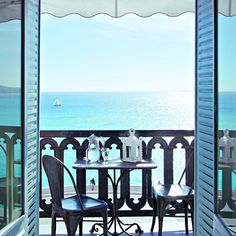Un appartement avec balcon sur la Méditerranée - Marie Claire Maison. On jouit d'une vue inoubliable sur le balcon-terrasse protégé par une balustrade en fonte du XIXe. Sur la table Napoléon III en métal entourée de deux chaises Tolix des années 30, une lanterne d'Émile Tessier en faïence de Malicorne.