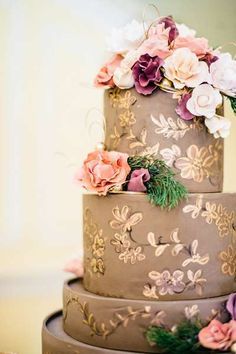 Chocolate and gold wedding cake ♥ || Selected by Finepointwedding.com