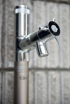 立水栓は、ユニソン【エインスタンド EIN】です。スタイリッシュな美しさをもつ不凍機能付き立水栓。360度回転する蛇口とスリムな筐体、スタイリッシュな美しさのなかに、寒冷地でも使用できる不凍結機能をビルトインした立水栓です。今回は不凍機能なしのタイプを設置いたしました。 #エインスタンド #立水栓 #水道栓 #おしゃれ #スタイリッシュ #機能美 #ユニソン #水道 #かっこいい