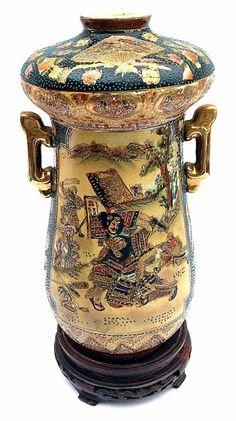 SATSUMA- Imponente vaso floreira com peanha, em porcelana chinesa, apresentando cena de guerreiros e