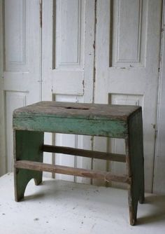 Chairs DIY Ideas Tutorials - Chairs For Living Room Vintage - Dining Chairs Videos Farmhouse Joanna Gaines Primitive Furniture, Primitive Antiques, Rustic Furniture, Furniture Decor, Primitive Decor, Painted Benches, Painted Stools, Wooden Stools, Pallette Furniture