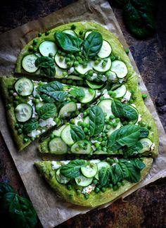 Zielona pizza :) do ciasta do pizzy dodałam szpinak