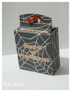 """Caixinha para lembrancinhas no tema Halloween.    Feito no papel reciclado 180g.  Feito à mão.  A caixinha vai com as escritas: """"Happy Halloween"""" e Halloween do(a) *(o nome que escolher)*. Personalizamos a escrita de acordo com o cliente.  Não pode molhar.  Tamanho: 12 x 8,5 x 4,5 cm.  Não temos mínimo para produção.  A caixinha vai vazia e com a fita para fazer o lacinho.  - Acima de 100 unidades, você ganha 10% de desconto. R$ 4,00"""