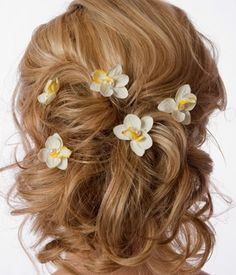 Great for an outdoor or beach wedding theme, this bridal hair look with realistic mini Orchid flower hair pins from Creative Theme Wedding Ideas. adds a floral dimension to the look and will remain fresh ad wilt-free all day!
