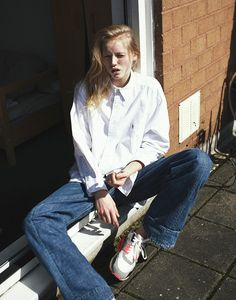 barefoot style, bootcut, flared, footwear, girl, jeans, look women, Nana Strand, no socks, running shoe, sexy, sneakers, sockless feet, sport, white shirt, without socks, без носков, босиком, джинсы-клёш, кроссовки, на босу ногу, на голую ногу