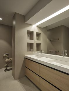 thick partition wall with 4 nichos at end of counter Bathroom Design Luxury, Modern Bathroom, Home Interior Design, Small Bathroom, Master Bathroom, Bathroom Sink Vanity, Bathroom Renos, Bathroom Fixtures, Bathroom Renovations