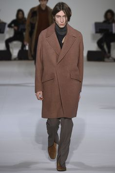 See the complete Wooyoungmi Fall 2016 Menswear collection.