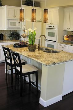 L shaped kitchen island breakfast bar Updated Kitchen, New Kitchen, Kitchen Dining, Kitchen Decor, Kitchen Ideas, Kitchen Island With Granite Top, White Kitchen Cabinets, Kitchen Islands, Kitchen Sinks