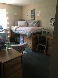 51 Lovely Dorm Rooms Ideas Were Obsessing Over 43 College Dorm Rooms Dorm Ideas Lovely obsessing rooms College Bedroom Decor, College Dorm Rooms, College Dorm Organization, Dorms Decor, College Walls, College Apartments, Minimalist Dorm, Rooms Ideas, Dorm Room Storage