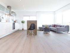 Types of indoor floors and how to choose the best option - Colorful Decoration Berry Alloc, Hygge, Maple Floors, Interior Styling, Interior Design, Types Of Flooring, Champs Elysees, Cozy Place, Colorful Decor