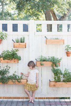 60 Ideas for diy outdoor wall planter decks Patio Wall, Backyard Patio, Backyard Landscaping, Back Gardens, Outdoor Gardens, Wall Herb Gardens, Herb Wall, Herb Planters, Outdoor Wall Planters