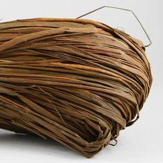 Pelote de raphia naturel de couleur chocolat.