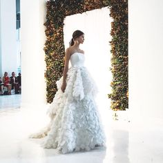 """503 mentions J'aime, 10 commentaires - Anne Barge (@annebarge) sur Instagram: """"Finale Walk   """"Opal"""" - Anne Barge Fall 2018 Collection.   photo via @kinsleyjamescouturebridal"""""""