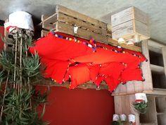 Bank van pallets, bloempotten van recycled rijstzakken.