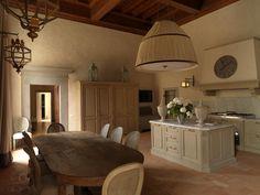 kuchyň a jídelna v Domě v údolí / stylový toskánský nábytek #tuscany #design