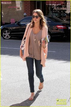 Jessica Alba Treats Herself Before Her Flight Out of Town | Jessica Alba Photos | Just Jared